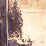 Oma Korving aan het venten in Amsterdam